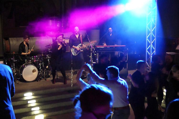 Mieten Sie unsere Coverband bei einem Auftritt in Duisburg.