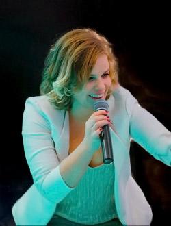 die Sängerin der Band in Essen
