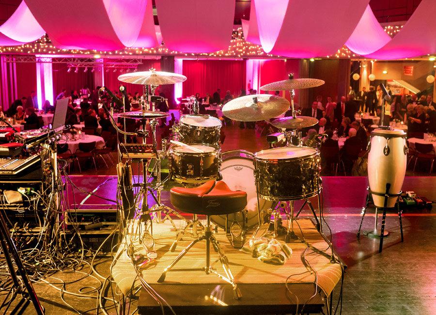 Bühnenfoto unseres Drum Sets, 2018.