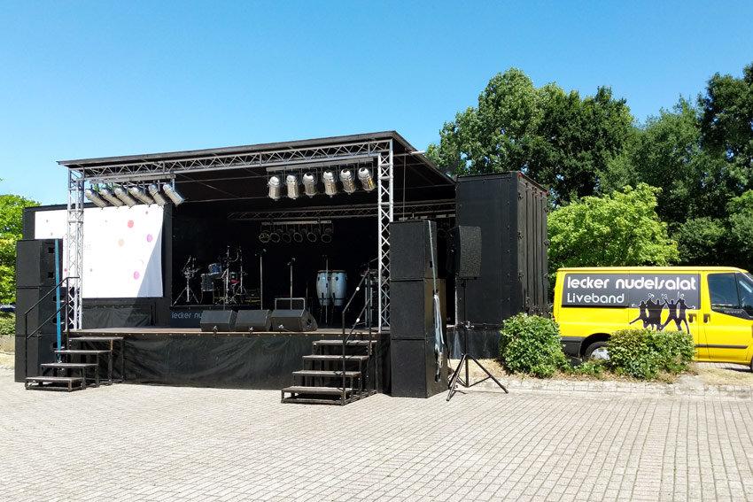 Coverband LKW und Event Bühne der Party Band Lecker Nudelsalat Liveband und Bus.