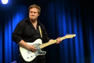 Gitarrist Julian ist hier ohne Bart und Gitarrist der Partyband Lecker Nudelsalat