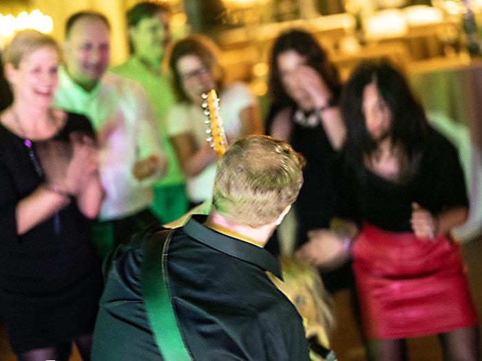 Gitarren Solo auf der Tanzfläche | Tanzband für Party Musik