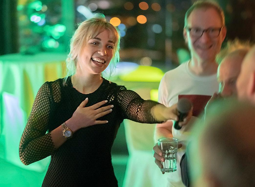 Partyband Sängerin im Einsatz beim Publikum