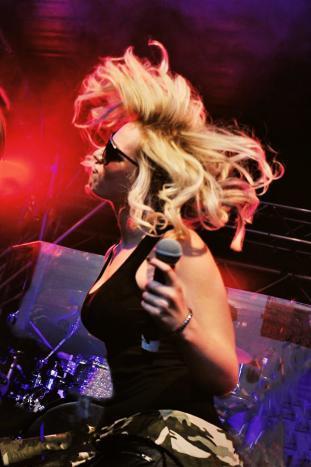 Die Sängerin unserer Partyband, Chantal.