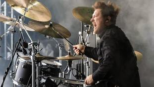 Schlagzeuger Patrick live on stage - Bühnenfoto
