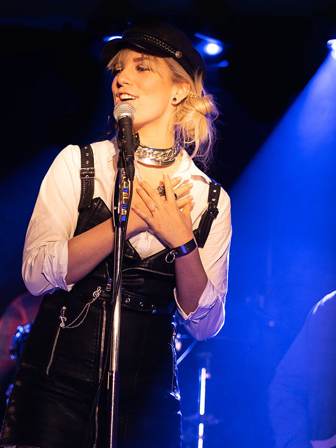 Chantal singt am Mikrofon | Foto aus dem Jahr 2019