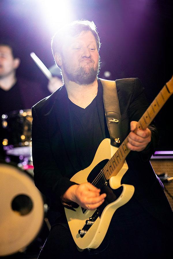 Julian Cassel spielt Gitarren live bei unserer Band