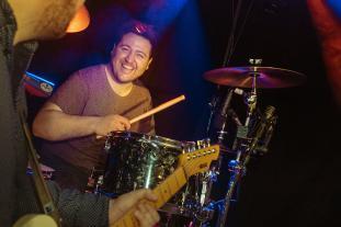 Patrick on drums und mit guter Laune.