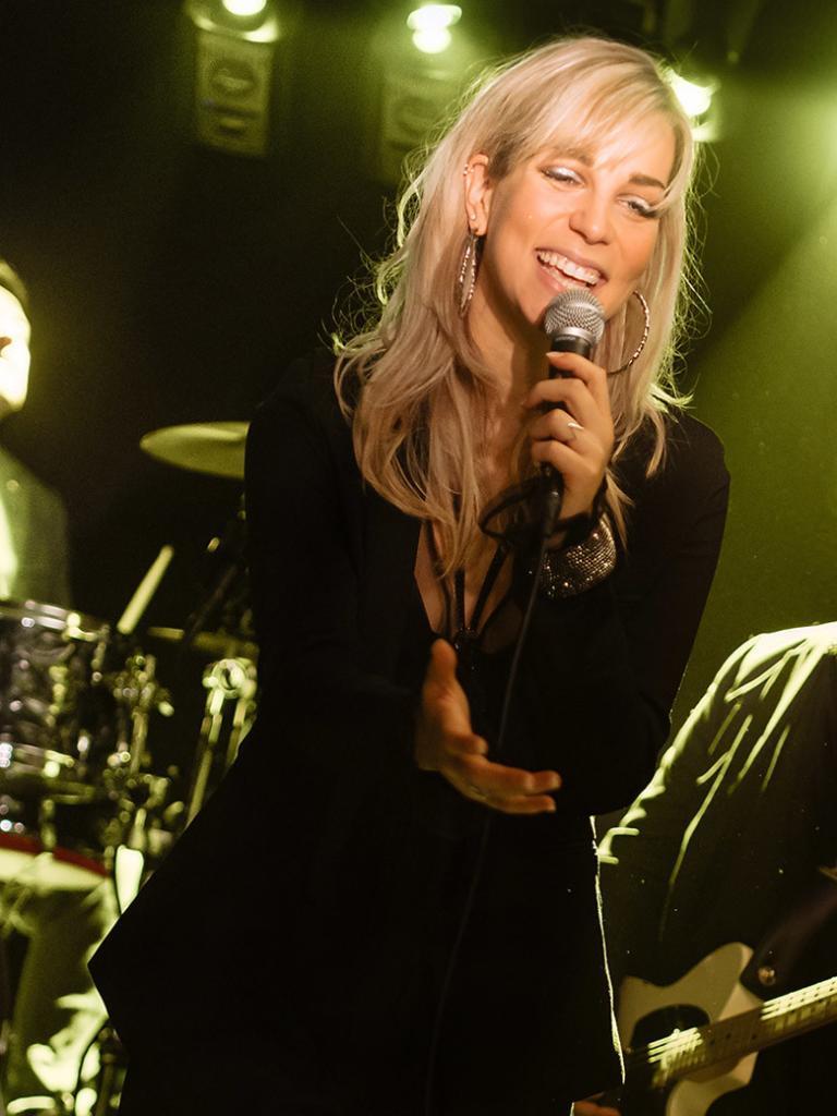 Chantal bei einer privaten Feier als Sängerin der Band.