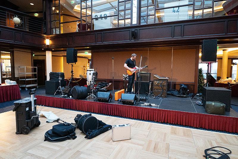 Aufbau unserer Tanzmusik Band auf der Bühne Hohe Düne.