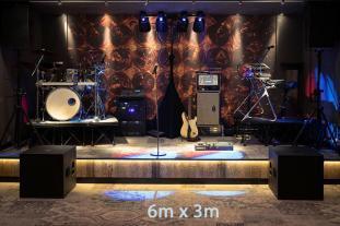 Kompakter Bühnenaufbau unserer Partyband auf 6x3m.