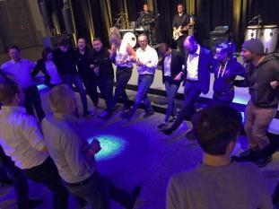 Das ist Live, das Publikum feiert mit der Partyband in Dortmund.