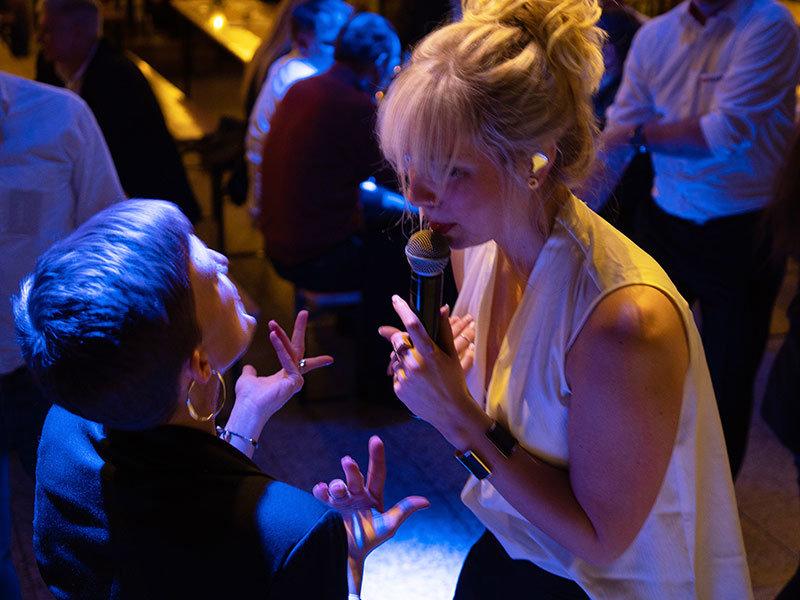 Die Sängerin begeistert in Halle Zwei der Messe mit Live Party Musik.