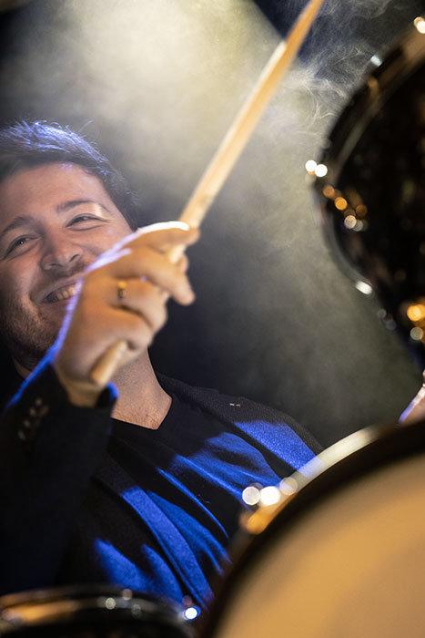 Patrick am Schlagzeug, Foto der Feier in der Westend Location.