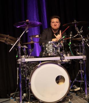 Der Schlagzeuger der Messe Band, Patrick.