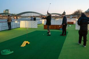 Golf auf dem Oberdeck der Arosa Brava spielen.