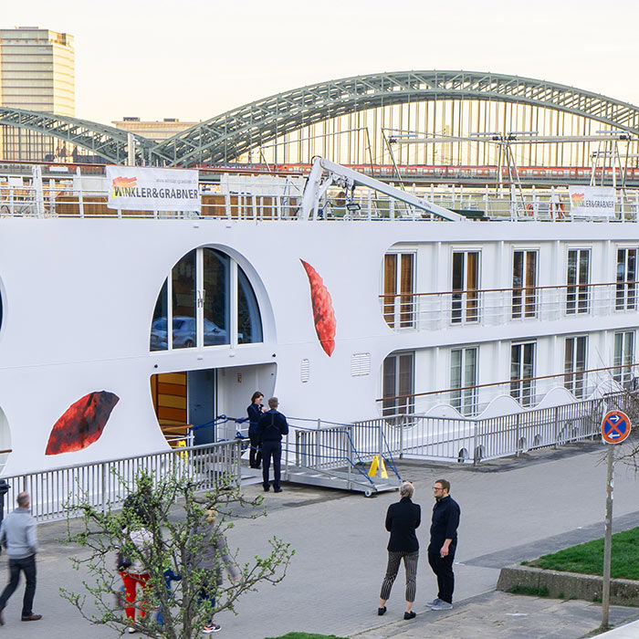 Das Partyschiff Arosa Brava hat angelegt.