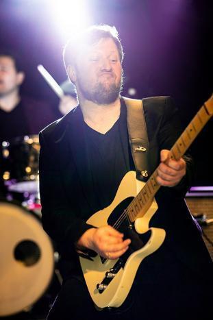 Gitarrist Julian Cassel live auf der Bühne