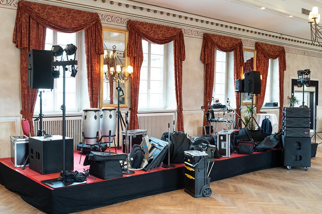 Im großen Saal der Wolkenburg beginnt der Aufbau unserer Band.