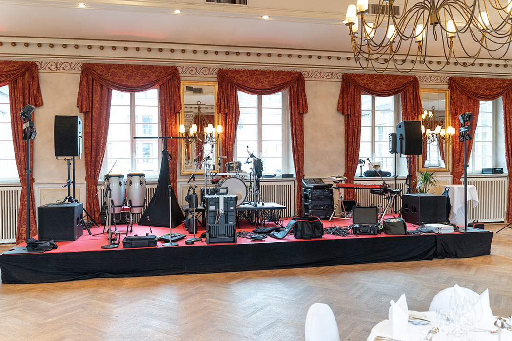 Die Standard Bühne in der Wolkenburg ist sehr gut und groß genug.