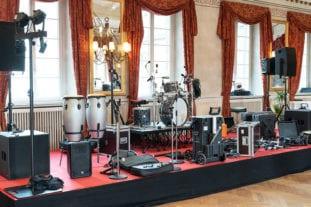 Die Bühne mit Equipment im grossen Saal.
