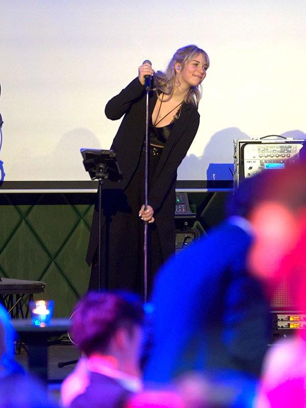 Sängerin Chantal beim Auftritt in Köln