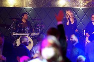 Party Sängerin im Kölner Club. Live-Foto unserer Partyband