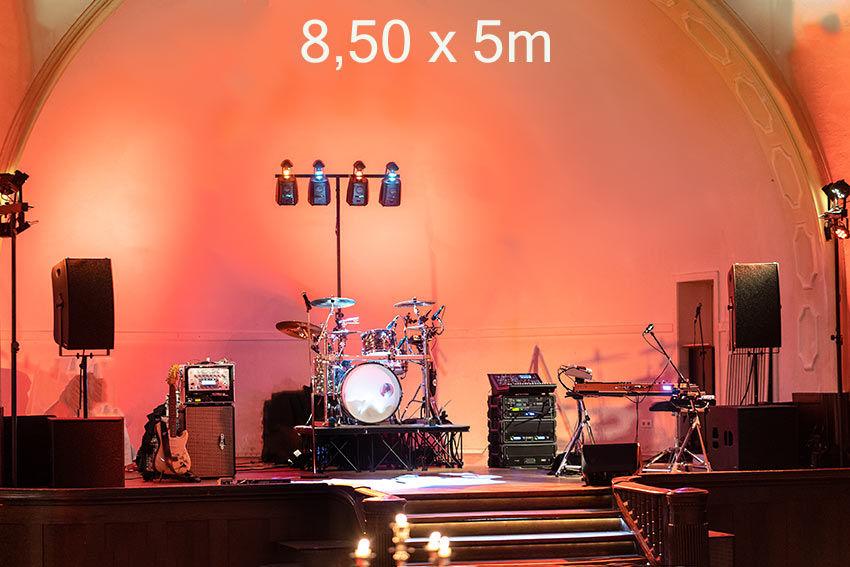 8,50m in der Breite. Eine sehr gute Bühnengrösse für unsere Partyband.