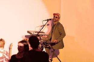 Tastenmann Dirk auf der Bühne in Aachen.