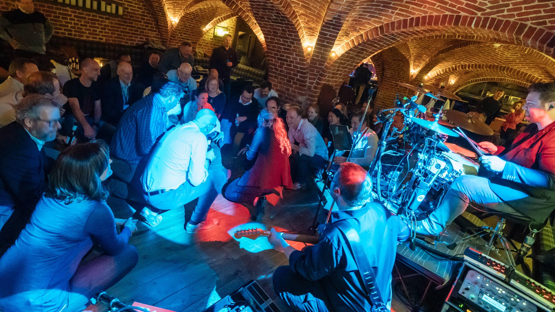 Partyband agiert mit dem Publikum live in Velen