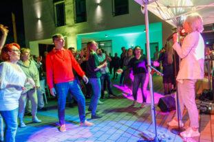 Chantal Jansen bei einer Firmenfeier. Lecker Nudelsalat als Partyband bringt Stimmung!